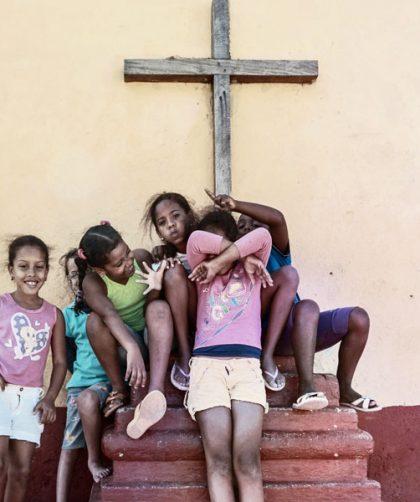 十字架と子供たち