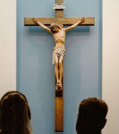 アイキャッチ用 十字架の前で